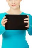 Adolescente que sostiene una tablilla Imagen de archivo libre de regalías