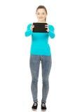 Adolescente que sostiene una tablilla Fotografía de archivo libre de regalías