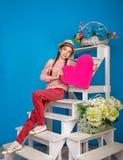 Adolescente que sostiene una tarjeta de la tarjeta del día de San Valentín Fotos de archivo