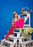 Adolescente que sostiene una tarjeta de la tarjeta del día de San Valentín Imagen de archivo