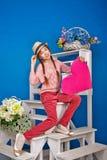 Adolescente que sostiene una tarjeta de la tarjeta del día de San Valentín Fotografía de archivo