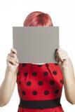 Adolescente que sostiene una tarjeta gris Imágenes de archivo libres de regalías