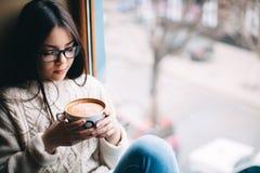 Adolescente que sostiene una taza de café Imágenes de archivo libres de regalías