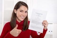 Adolescente que su primer contrato para un trabajo - texto alemán Imagen de archivo