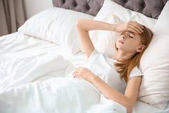 Adolescente que sufre de dolor de cabeza mientras que miente Imagen de archivo