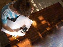 Adolescente que termina la asignación de la preparación de la matemáticas Imagen de archivo libre de regalías