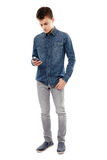 Adolescente que texting em seu smartphone Imagens de Stock