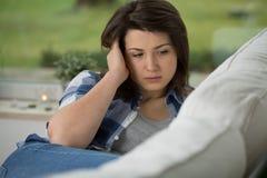 Adolescente que tiene dolor de cabeza Foto de archivo libre de regalías
