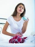 Adolescente que tiene dolor del vientre y que toma píldoras Foto de archivo libre de regalías