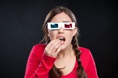 Adolescente que tiene experiencia del cine 3D Imagen de archivo