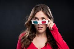 Adolescente que tiene experiencia del cine 3D Imágenes de archivo libres de regalías