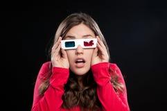 Adolescente que tiene experiencia del cine 3D Imagen de archivo libre de regalías