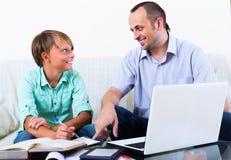 Adolescente que tiene lección con el profesor Imágenes de archivo libres de regalías