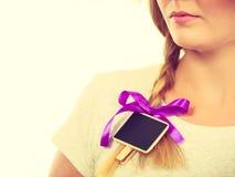 Adolescente que tiene poca pizarra en pelo Fotos de archivo libres de regalías