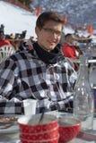 Adolescente que tiene una rotura del esquí en un restaurante de la montaña colocado en una cuesta del esquí fotografía de archivo