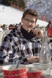 Adolescente que tiene una rotura del esquí en un restaurante de la montaña colocado en una cuesta del esquí fotos de archivo