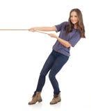 Adolescente que tira de una cuerda Foto de archivo libre de regalías