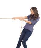 Adolescente que tira de una cuerda Fotografía de archivo libre de regalías