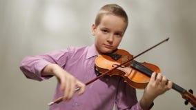 Adolescente que toca el violín almacen de video