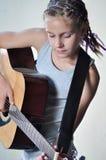 Adolescente que toca la guitarra Imagen de archivo libre de regalías