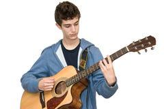 Adolescente que toca la guitarra acústica Imagen de archivo libre de regalías