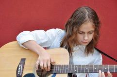 Adolescente que toca la guitarra en la calle Fotos de archivo libres de regalías