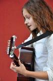 Adolescente que toca la guitarra en la calle Fotografía de archivo libre de regalías