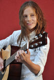 Adolescente que toca la guitarra en la calle Imagen de archivo