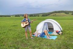 Adolescente que toca una guitarra Foto de archivo