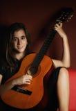 Adolescente que toca una guitarra acústica Imágenes de archivo libres de regalías