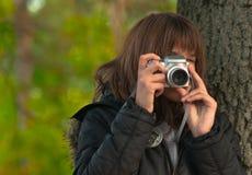 Adolescente que toma cuadros con las cámaras digitales Fotografía de archivo libre de regalías