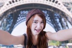 Adolescente que toma el autorretrato en París Imagenes de archivo