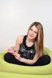 Adolescente que toma el pelo sobre su diario Imagen de archivo