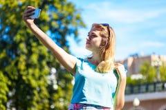 Adolescente que toma el selfie Foto de archivo libre de regalías