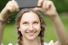 Adolescente que toma el selfie en smartphone Fotos de archivo libres de regalías
