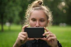 Adolescente que toma la foto con smartphone Fotos de archivo libres de regalías