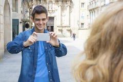 Adolescente que toma la foto de la mujer Imagen de archivo