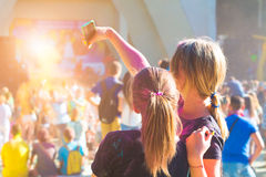 Adolescente que toma la foto en el teléfono móvil en festival del color del holi Fotos de archivo