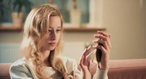 Adolescente que toma la foto usando cámara del smartphone Imagen de archivo libre de regalías