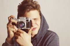 Adolescente que toma la imagen con la cámara análoga Imagen de archivo