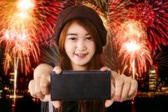 Adolescente que toma la imagen del selfie en partido de los fuegos artificiales Fotografía de archivo libre de regalías