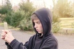 Adolescente que toma las fotografías Imagenes de archivo