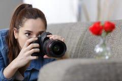 Adolescente que toma las fotografías con la cámara profesional Imagenes de archivo