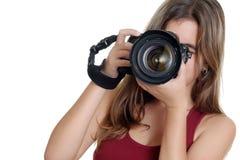 Adolescente que toma las fotografías con una cámara profesional Imagen de archivo