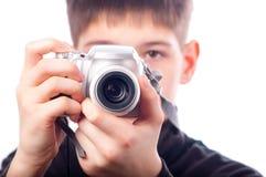 Adolescente que toma las fotos con la pequeña cámara Imagen de archivo libre de regalías