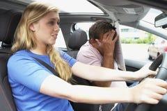 Adolescente que toma a lição de condução de A Fotografia de Stock
