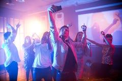 Adolescente que toma Selfie en Dance Floor Fotografía de archivo