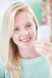 Adolescente que toma Selfie en el teléfono móvil Imagen de archivo libre de regalías