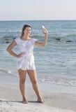Adolescente que toma Selfie en la playa Fotografía de archivo libre de regalías