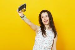 Adolescente que toma un autorretrato con la cámara retra Fotos de archivo libres de regalías